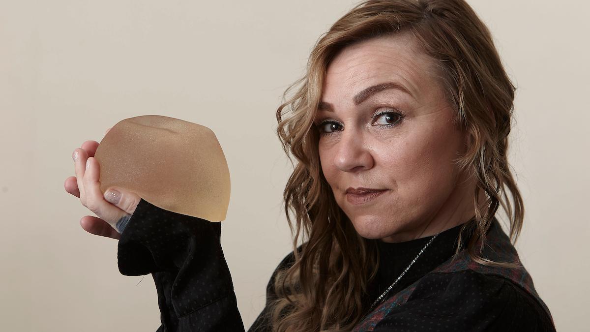 Britânica retira seus próprios implantes mamários usando um estilete