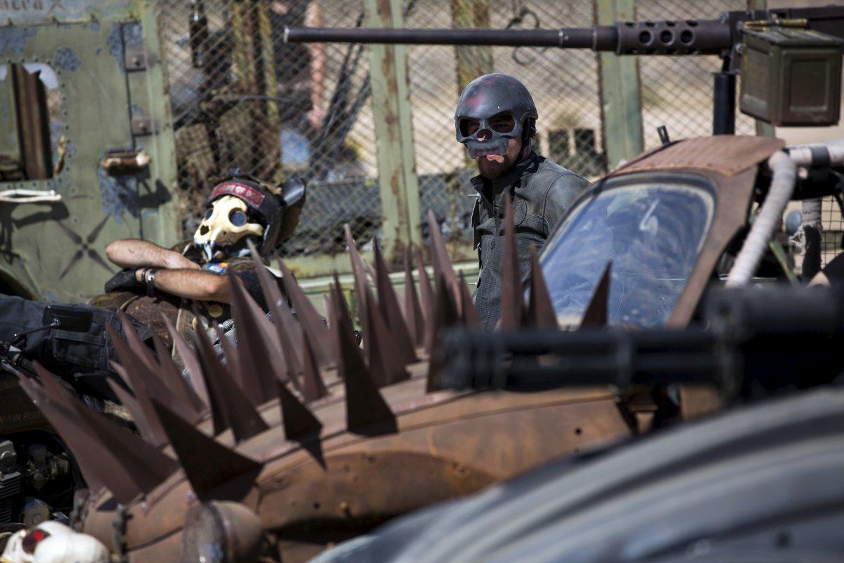 F�s de �Mad Max� constroem seu pr�prio mundo p�s-apocal�ptico no meio do deserto 07