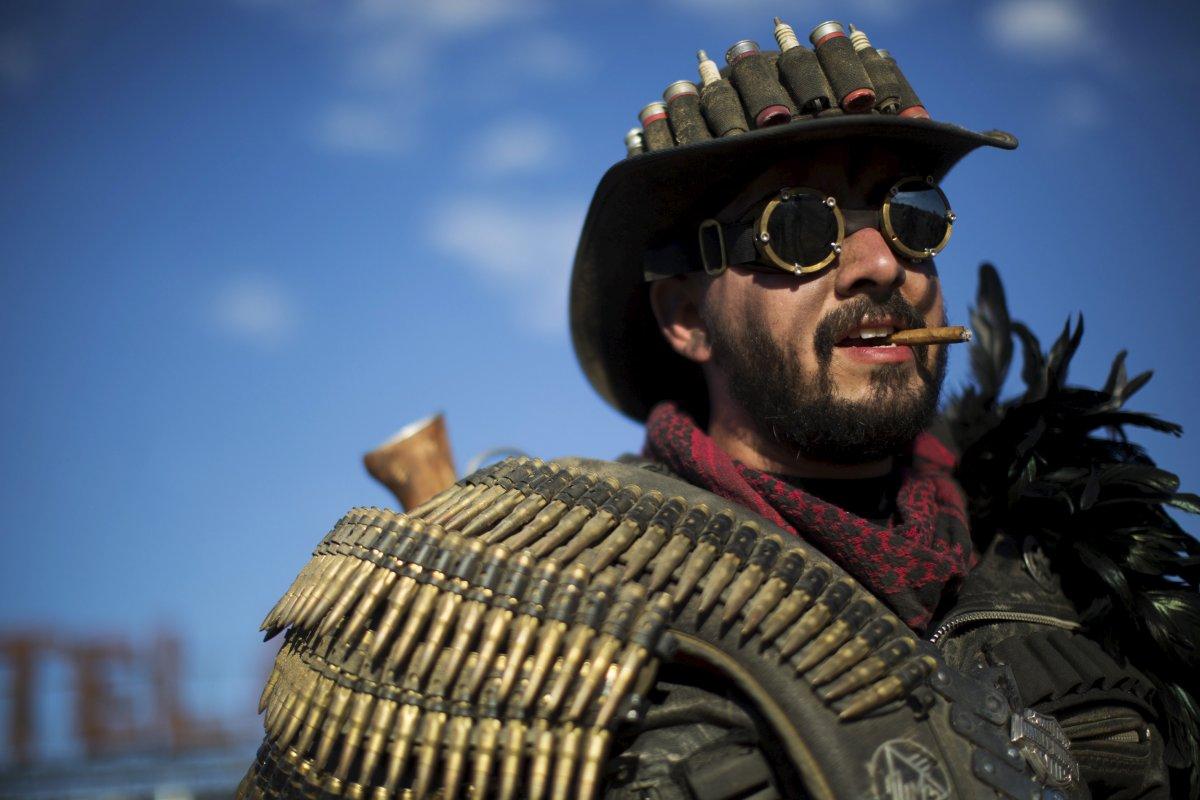 F�s de �Mad Max� constroem seu pr�prio mundo p�s-apocal�ptico no meio do deserto 08