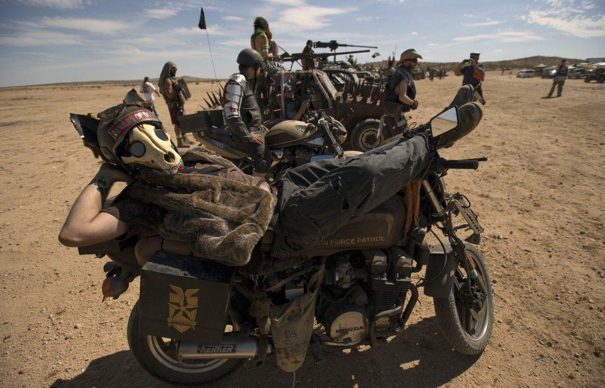 F�s de �Mad Max� constroem seu pr�prio mundo p�s-apocal�ptico no meio do deserto 14