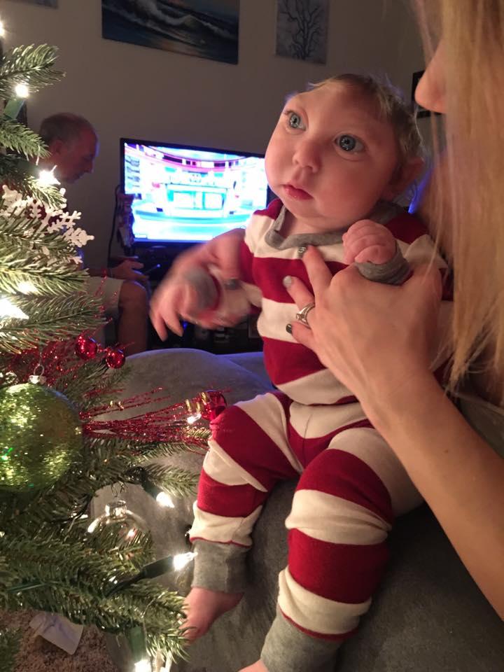 Bebê-milagre desafia as expectativas dos médicos e vive o bastante para conhecer Papai Noel 05