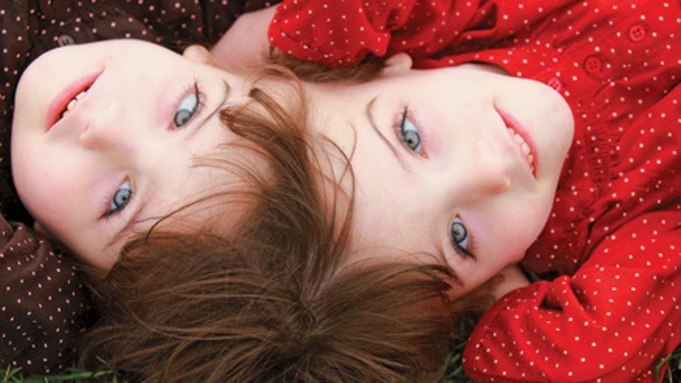 Cientistas perplexos com gêmeas que parecem compartilhar a mesma consciência