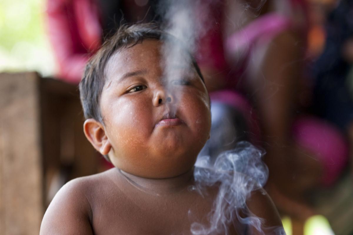 Veja como está o garoto fumante de dois anos que impressionou o mundo 01