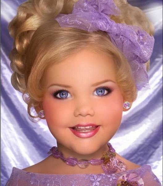 M�e veste filha como uma boneca 01