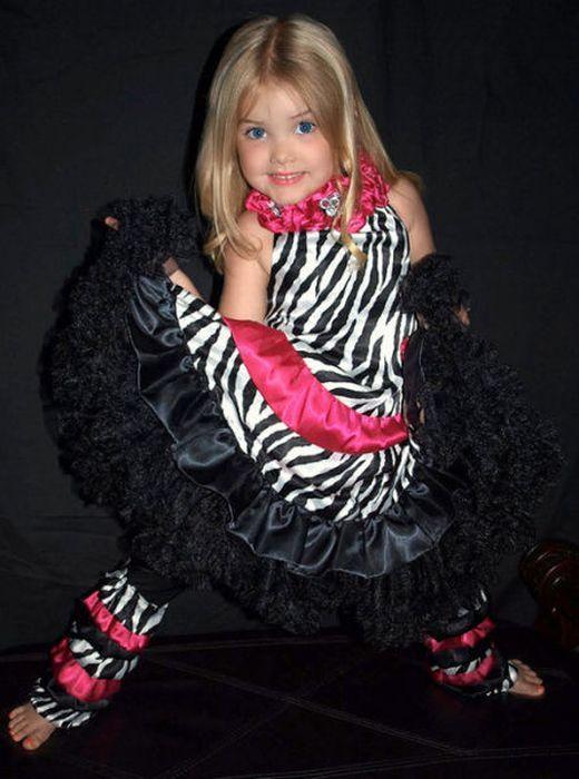 Mãe veste filha como uma boneca 04