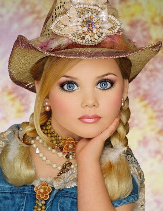 M�e veste filha como uma boneca 05