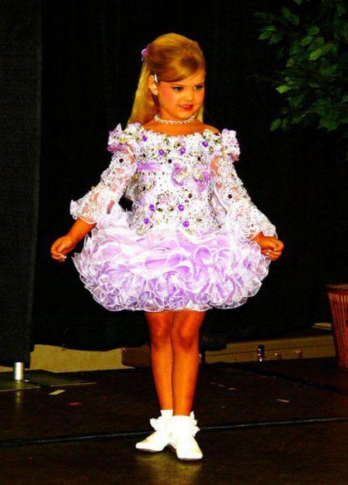 M�e veste filha como uma boneca 06