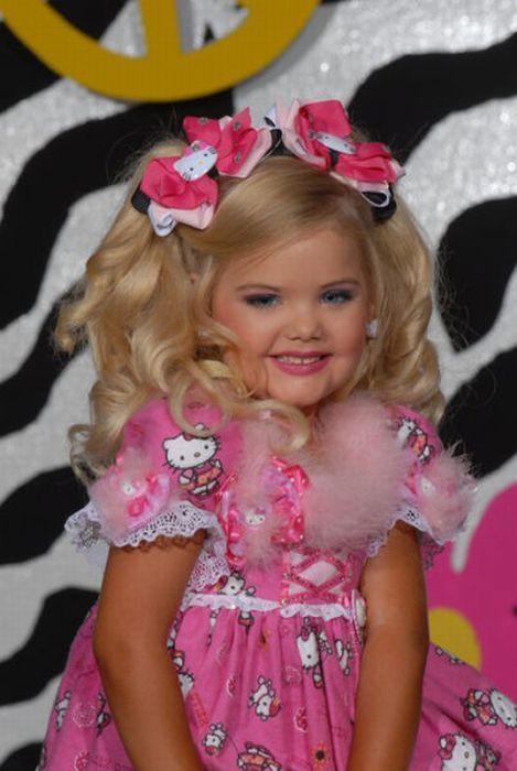 M�e veste filha como uma boneca 07