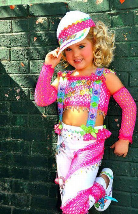 M�e veste filha como uma boneca 11