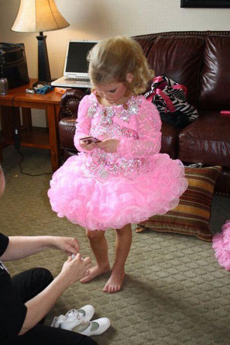 M�e veste filha como uma boneca 17