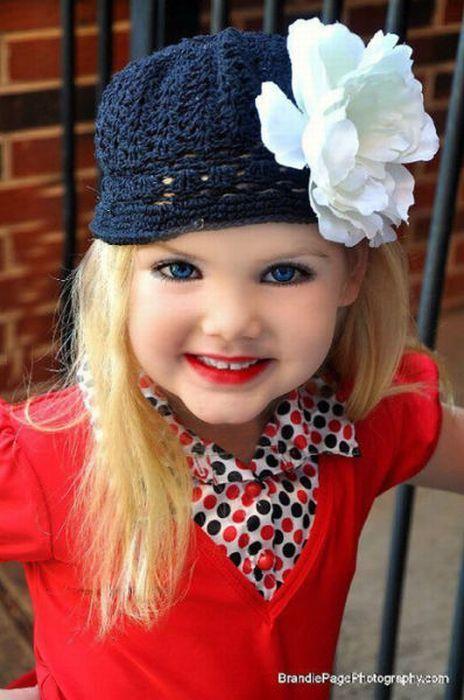 Mãe veste filha como uma boneca 22
