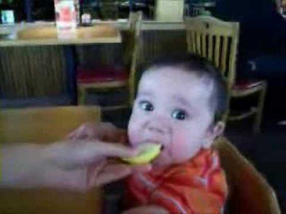 Criança chupando limão 05