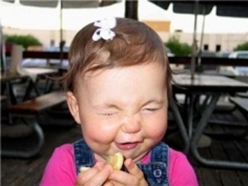 Criança chupando limão 07