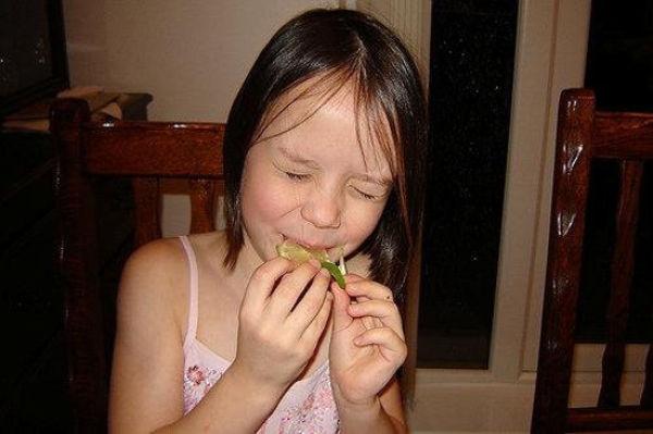 Criança chupando limão 11