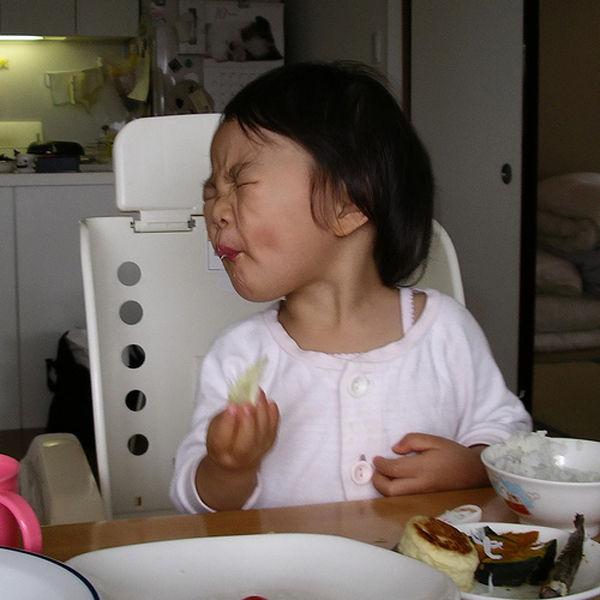 Criança chupando limão 13
