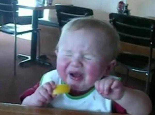 Criança chupando limão 16