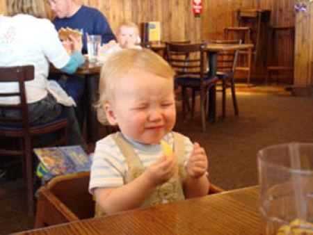Criança chupando limão 18