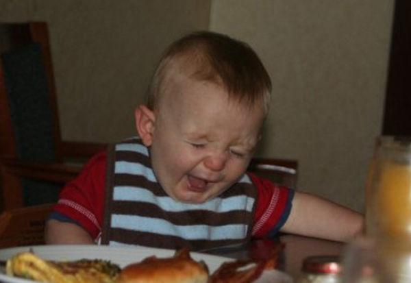 Criança chupando limão 20