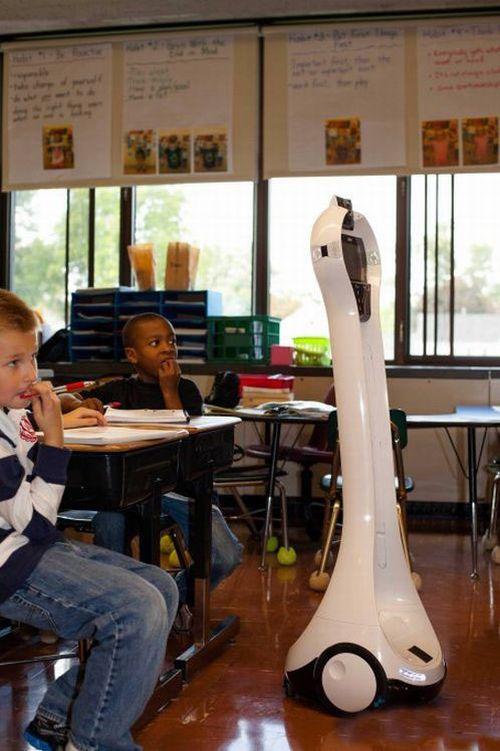 Garoto é substituído por robô na escola 02