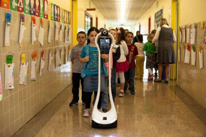 Garoto é substituído por robô na escola 03