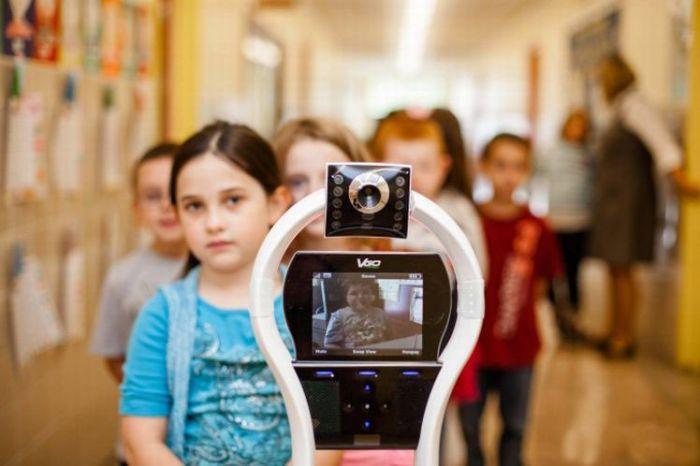 Garoto é substituído por robô na escola 04