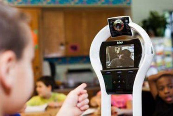 Garoto é substituído por robô na escola 05