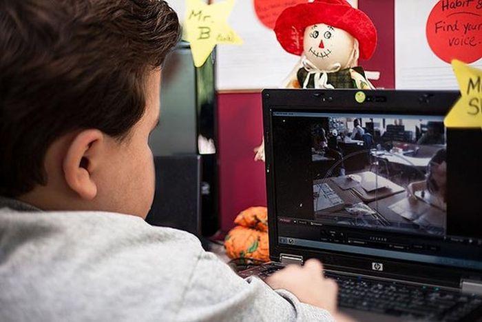 Garoto é substituído por robô na escola 06