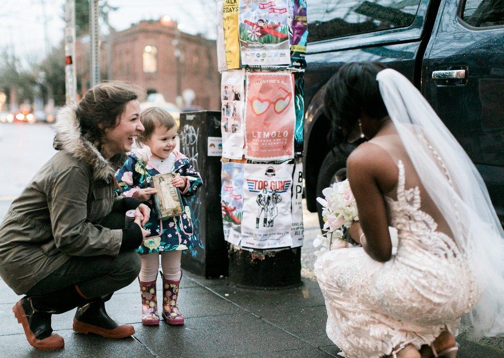 Garotinha confunde noiva com princesa do livro que ela está vendo 01