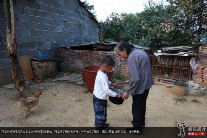 Garoto chinês de 6 anos banido pela sociedade 06