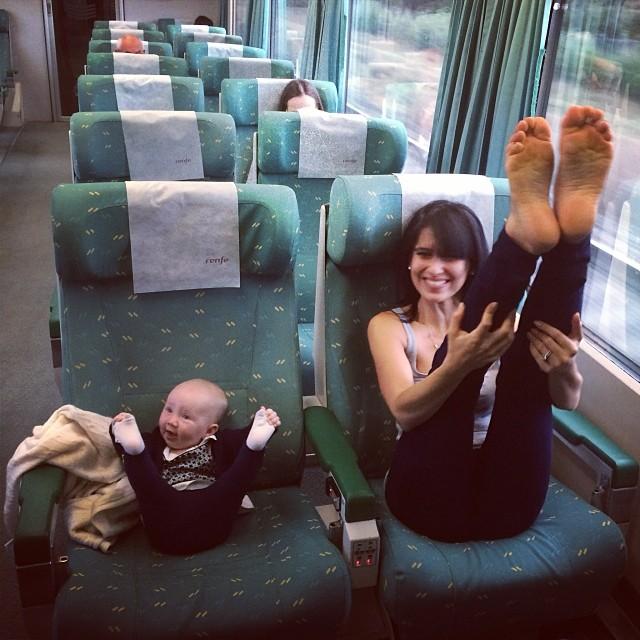 M�e e filha de 4 anos conquistam o mundo fazendo poses de ioga 01