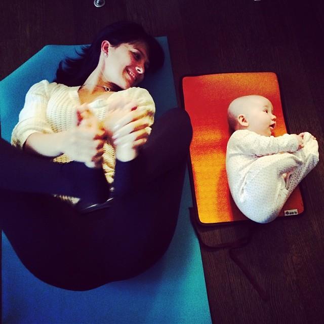 M�e e filha de 4 anos conquistam o mundo fazendo poses de ioga 02