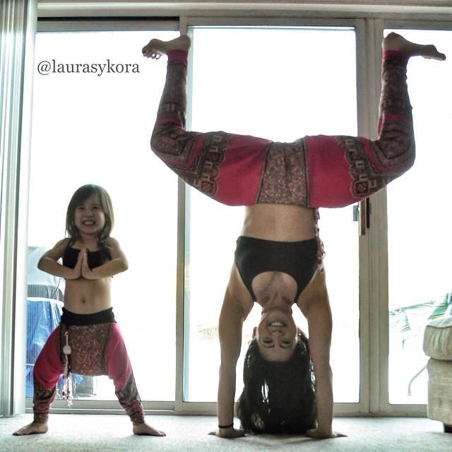 Mãe e filha de 4 anos conquistam o mundo fazendo poses de ioga 03