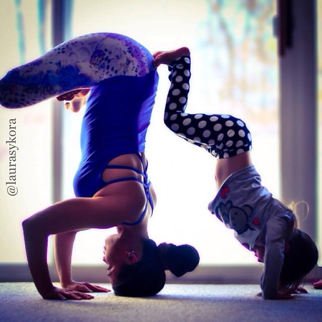 Mãe e filha de 4 anos conquistam o mundo fazendo poses de ioga 05