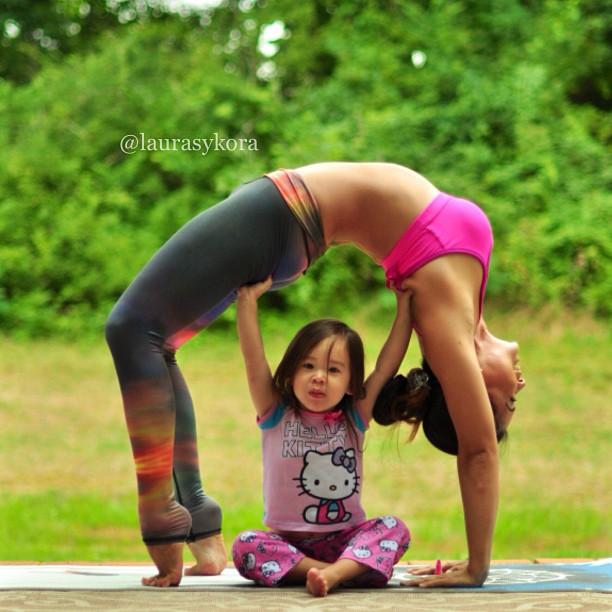 Mãe e filha de 4 anos conquistam o mundo fazendo poses de ioga 06