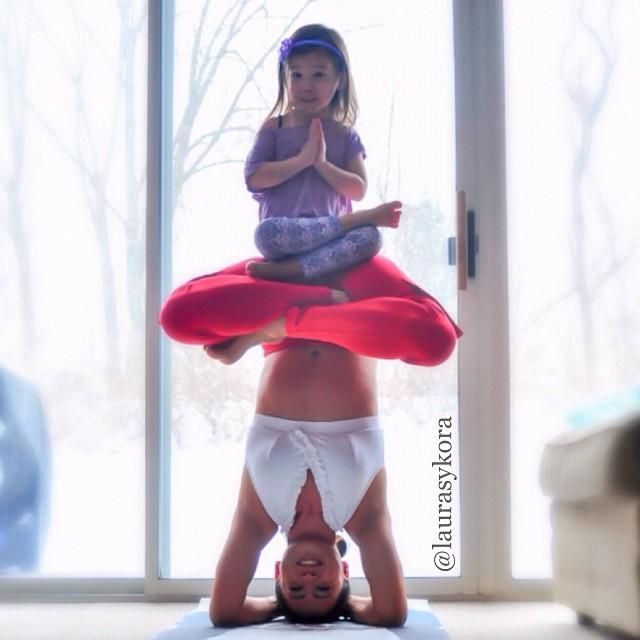 Mãe e filha de 4 anos conquistam o mundo fazendo poses de ioga 08