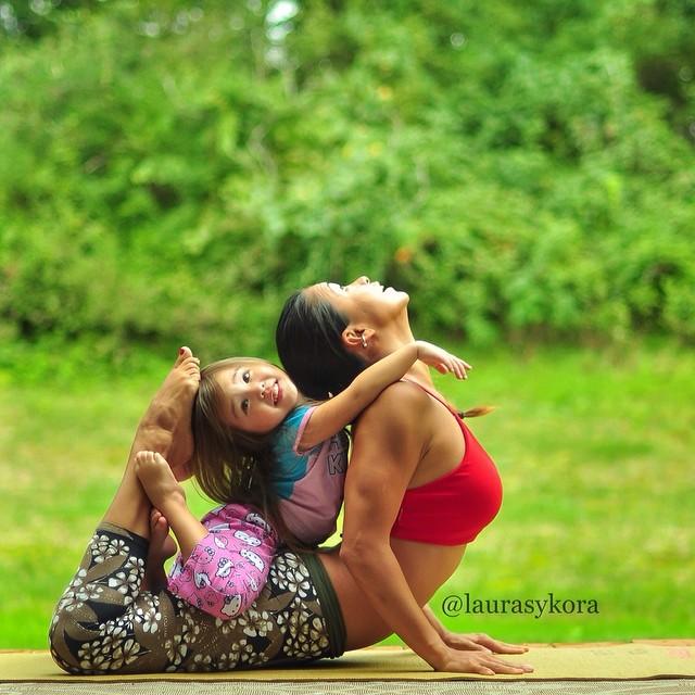 M�e e filha de 4 anos conquistam o mundo fazendo poses de ioga 12