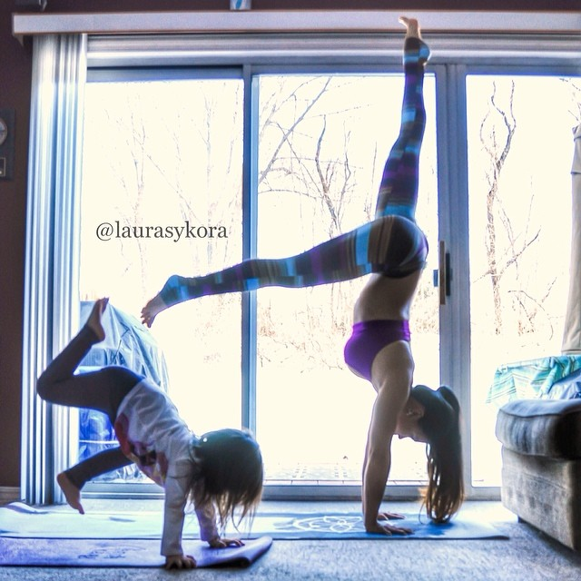Mãe e filha de 4 anos conquistam o mundo fazendo poses de ioga 13