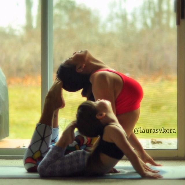 M�e e filha de 4 anos conquistam o mundo fazendo poses de ioga 16