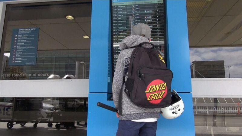 Garoto de 12 anos briga com a mãe, rouba seu cartão de crédito e voa pra Bali para férias de 4 dias<br />