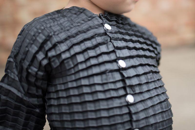 Desenham uma linha de roupas que estica e se adapta ao corpo das crianças enquanto crescem