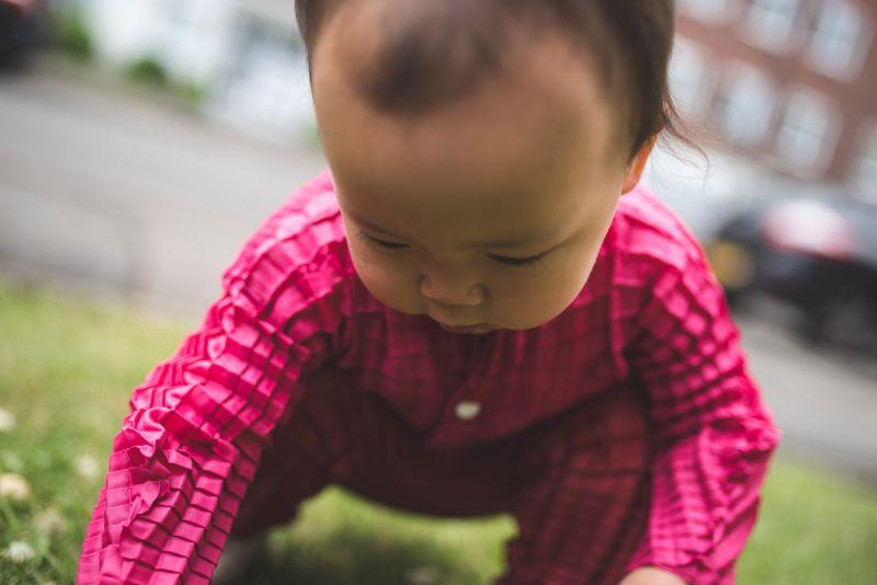 Desenham uma linha de roupa que estica e se adapta ao corpo das crianças enquanto crescem