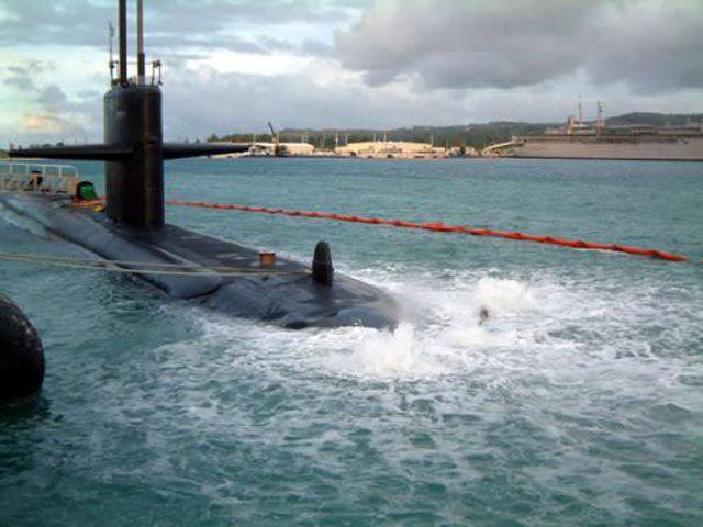 Submarino que colidiu com um recife 02