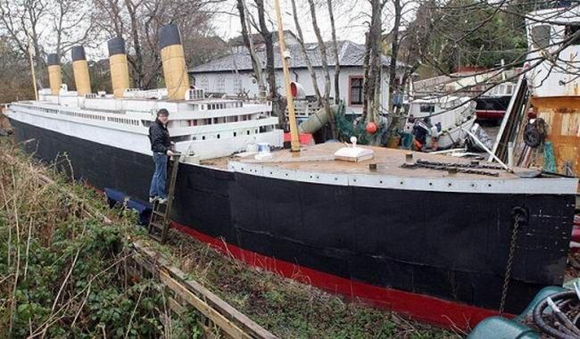 Homem constrói réplica de 100 pés do Titanic em seu quintal