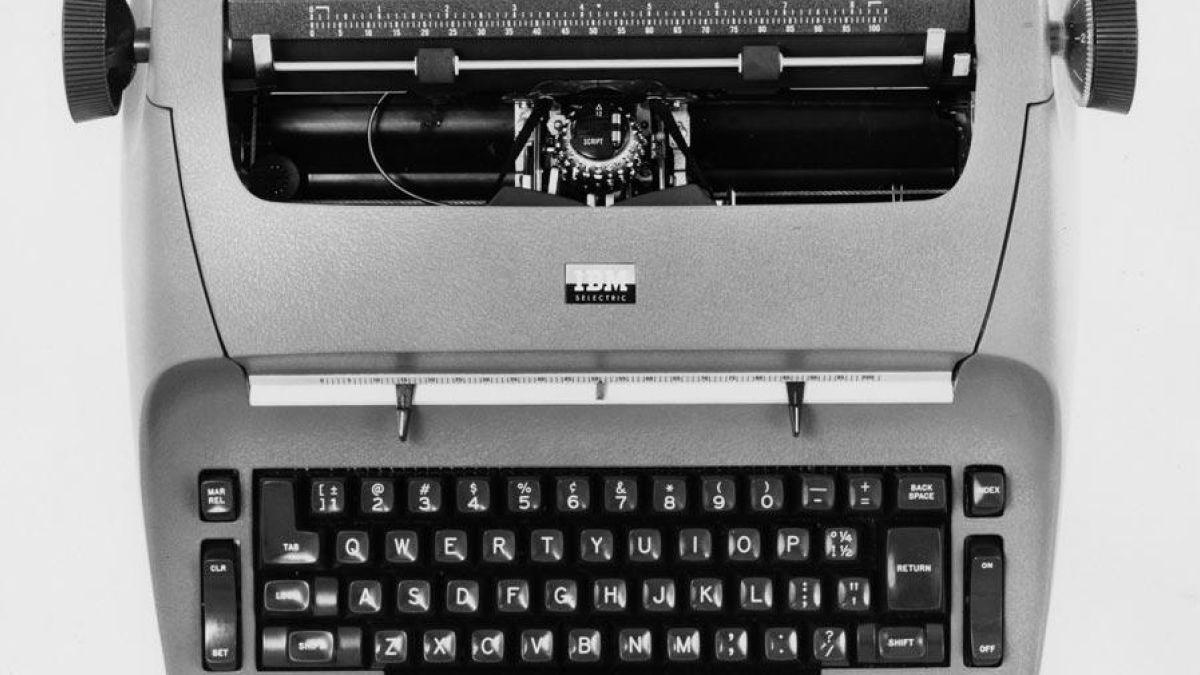 Alguém filmou a bolinha de impressão de uma máquina de escrever elétrica em câmera lenta