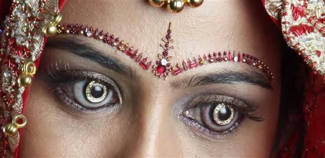 Optometrista indiano cria lentes de contato banhadas a ouro e incrustadas com diamante