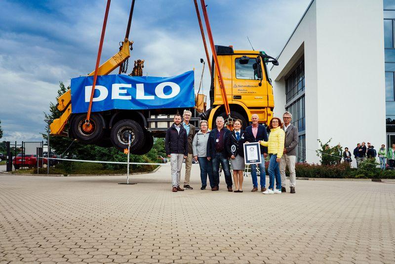 Empresa alemã usa super-cola para manter caminhão de 17,5 toneladas içado no ar por uma hora