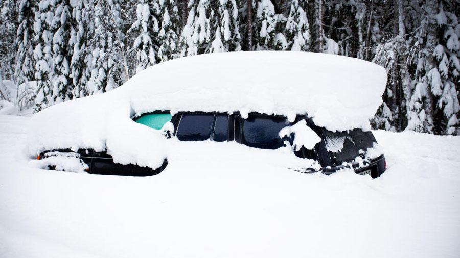 Sueco sobrevive 2 meses em carro soterrado na neve 02