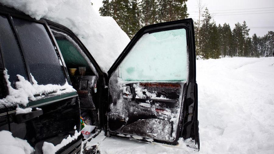 Sueco sobrevive 2 meses em carro soterrado na neve 04