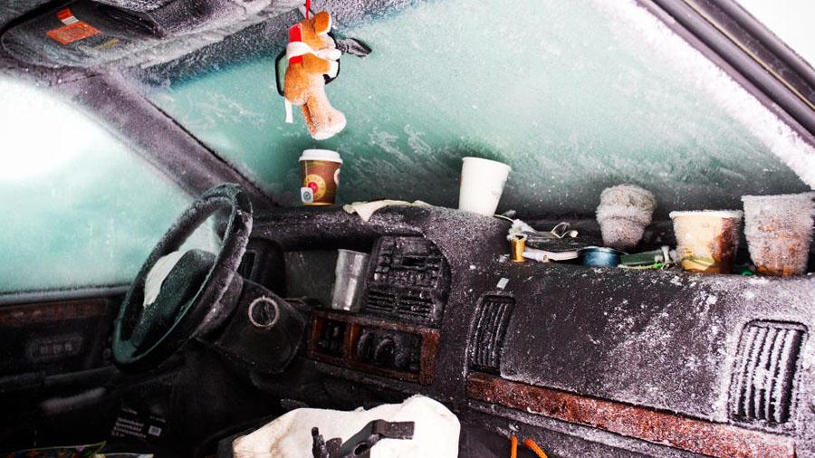 Sueco sobrevive 2 meses em carro soterrado na neve 06