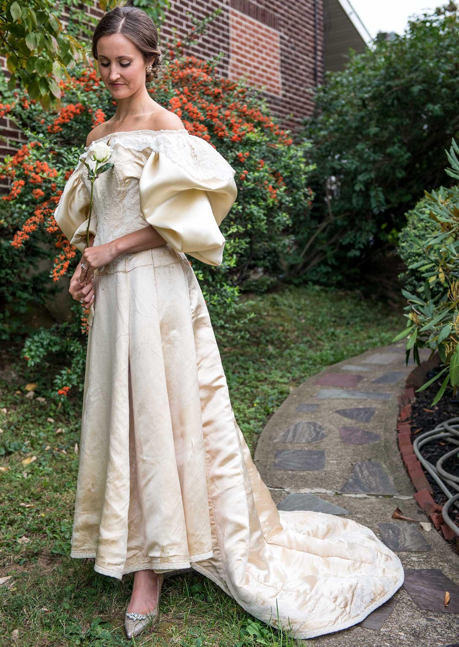 Todo mundo viu este vestido de noiva de 120 anos de antiguidade, exceto uma pessoa 11